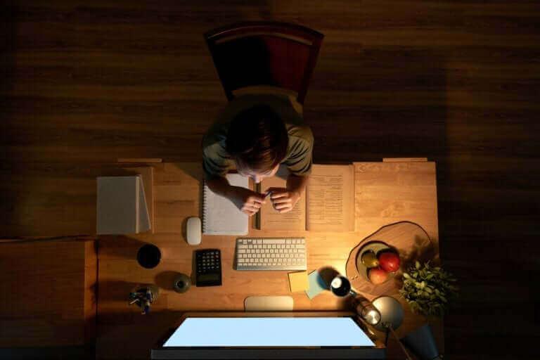 Uczeń przy biurku