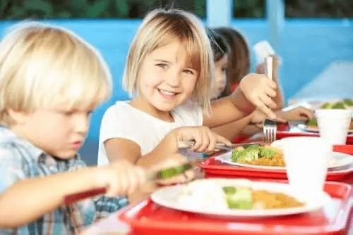 Dzieci jedzą ciasta