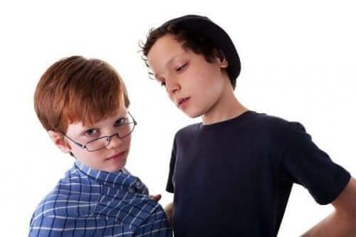 Okrutni rówieśnicy: naucz swoje dziecko się przed nimi bronić