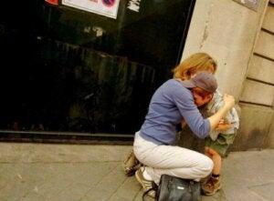 Mama przytulająca dziecko
