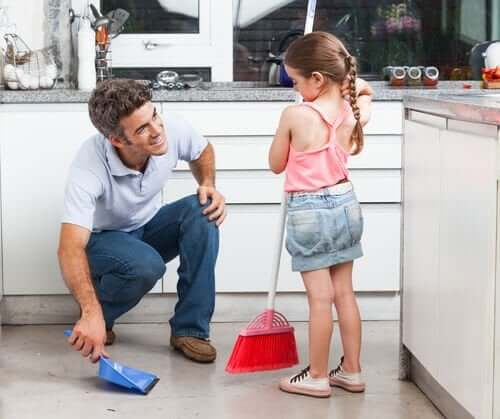 Tata z córką sprząta - dobre nawyki