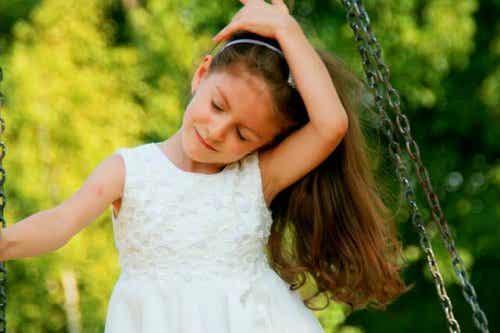 Dziewczynka na huśtawce