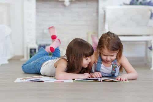 Dziewczynki czytające na podłodze