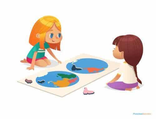 Dziewczynki przy mapie