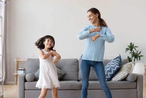 Matka i córka tańczące razem