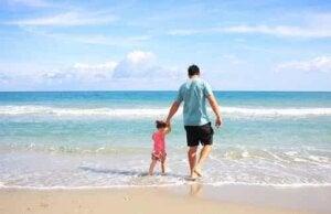 Dziecko na plaży z ojcem