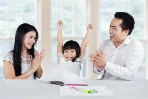 Rodzice gratulujący córce - pozytywna uwaga