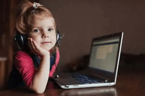 Dziecko przy laptopie