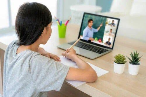 Koncentracja w trakcie lekcji zdalnych - jak pomóc dzieciom?