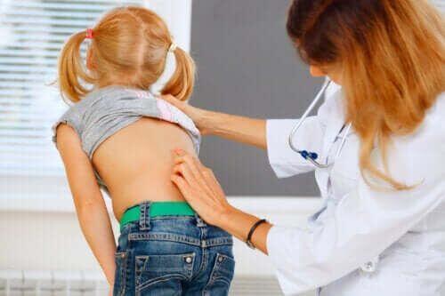 Ból pleców u dzieci: co robić, a czego nie?
