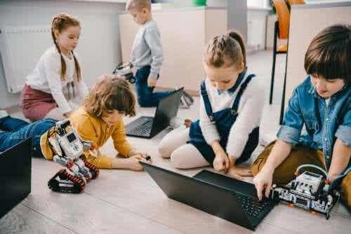 Dzieci z laptopami