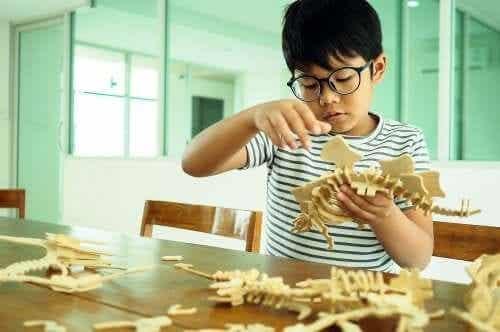 Dziecko buduje model