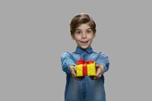 Dziecko daje prezent
