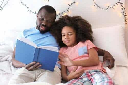 Ojciec czyta córce