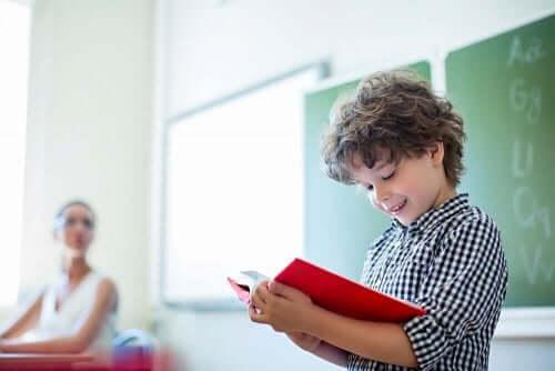 Aktywność promująca czytanie u dzieci: 12 miesięcy, 12 postaci