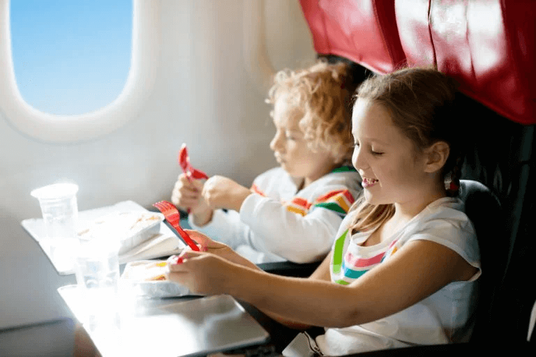 Na wakacjach: jak wygląda latanie z dziećmi od strony prawnej?