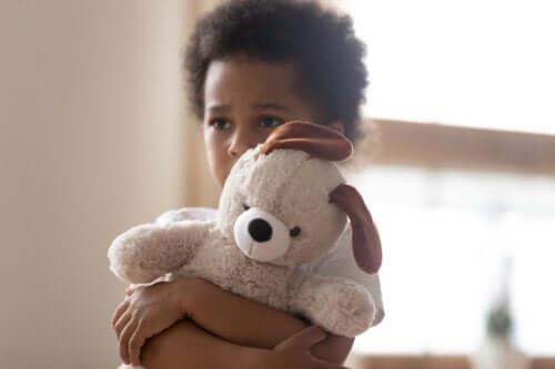 Wrażliwe dzieci: poznaj 4 wskazówki pozwalające im pomóc