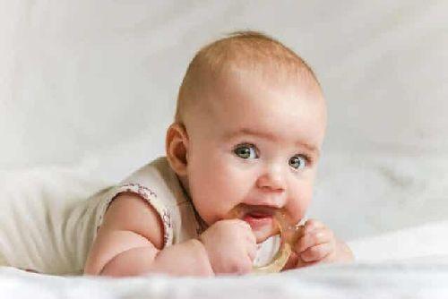 Dziecko z gryzakiem