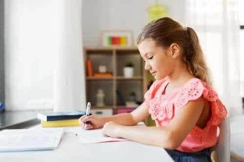 Dziewczynka odrabia lekcje