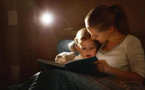 Matka czyta dziecku