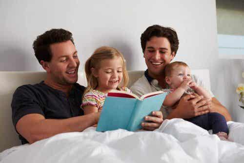 Rodzina czyta dzieciom