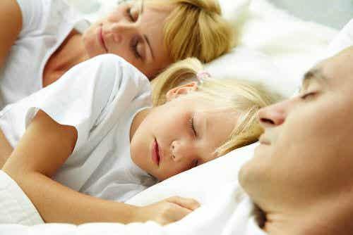 Czy należy pozwalać dzieciom na spanie z rodzicami?