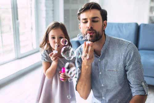 4 zabawy z wodą, które możesz zorganizować w domu