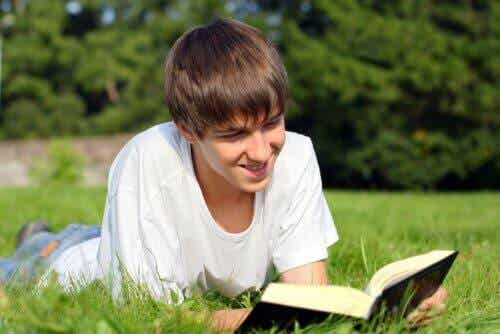 Nastolatek z ksiażką