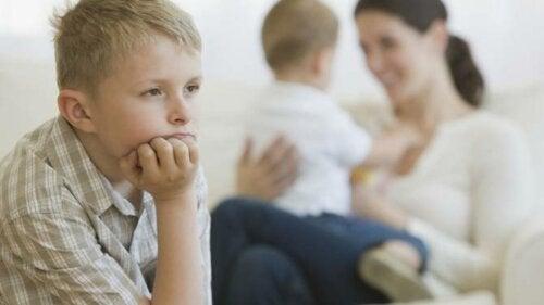 Poznaj typowe błędy rodzicielskie, które wywołują poczucie zazdrości między rodzeństwem