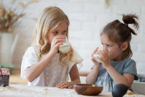 Dzieci pijące mleko