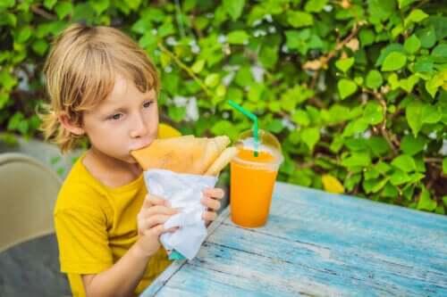 Jedzenie między posiłkami u dzieci i związane z nim ryzyko